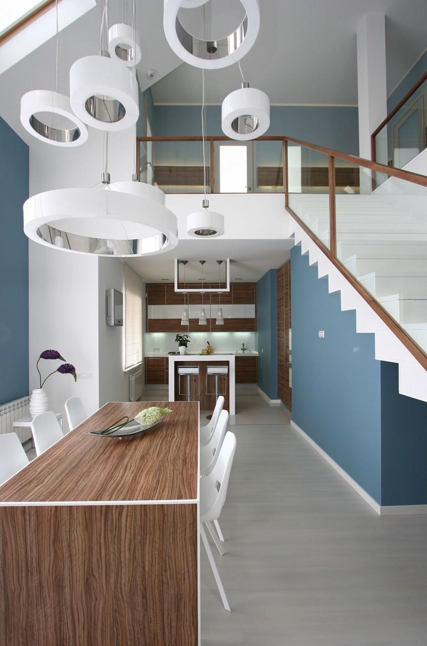 Белый, коричневый и синий цвета в интерьере двухуровневой квартиры