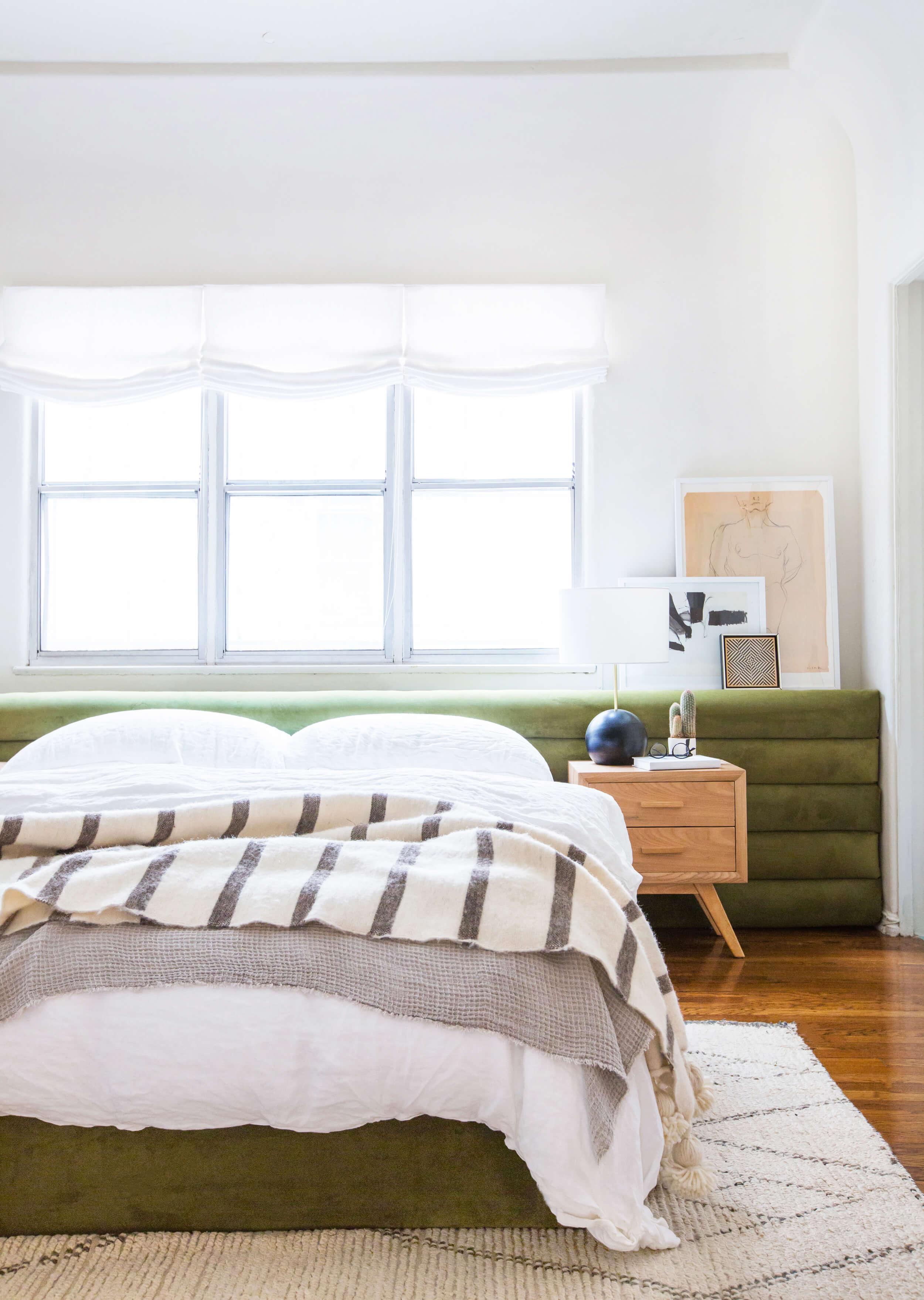 Оливковый цвет изголовья кровати в интерьере