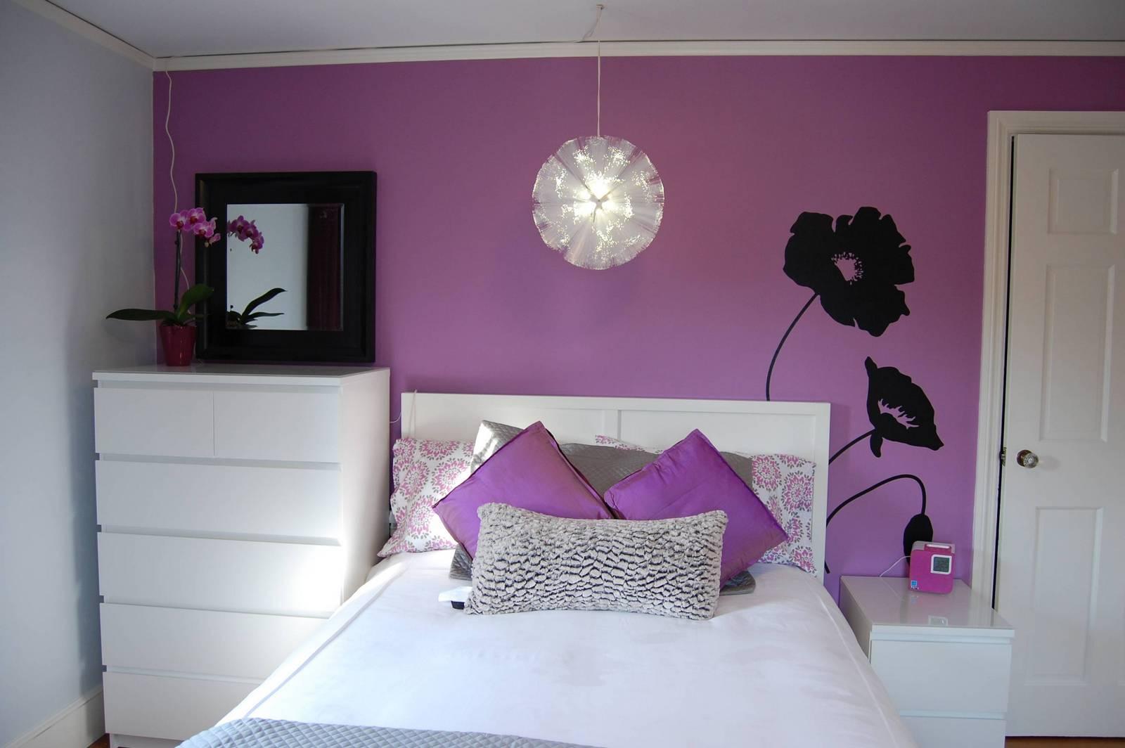 Фиолетово-белая спальня