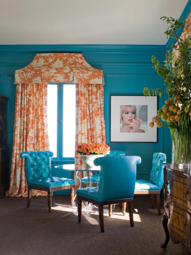 Бирюзово-оранжевый акцент в столовой