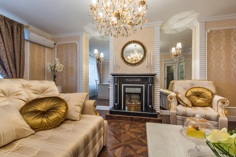 Бежевый, белый и золотой цвета в классической гостиной