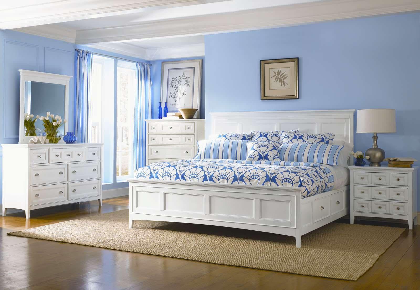 Голубой, белый и коричневый цвета в спальне