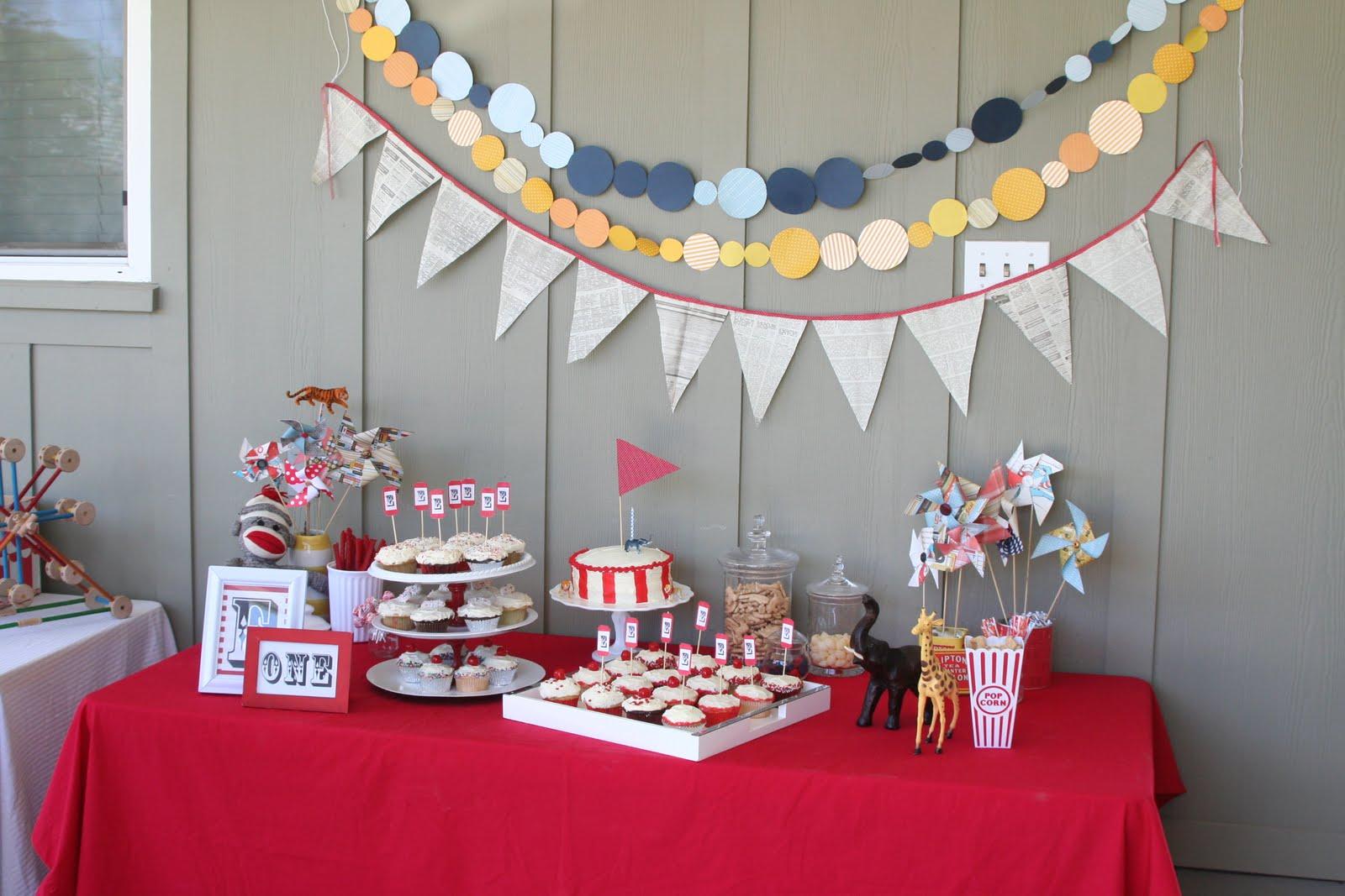 Украшение стола и стены ко дню рождения