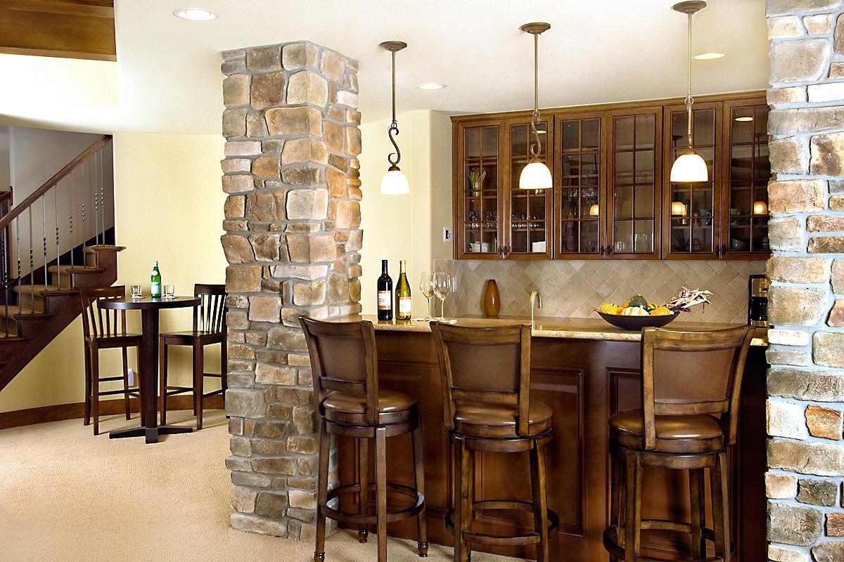 Каменные колонны в интерьере