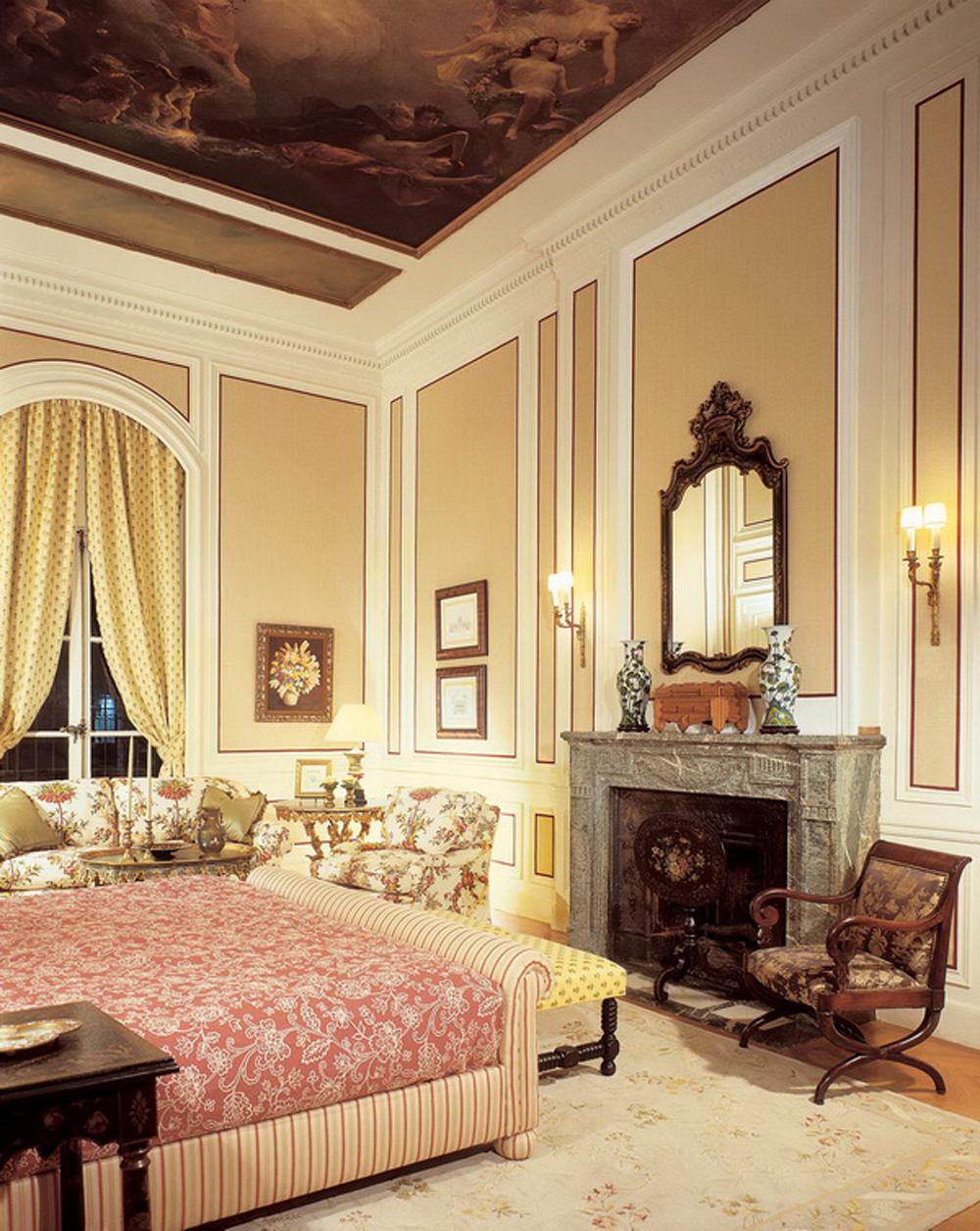 Классицизм в интерьере гостиной с камином