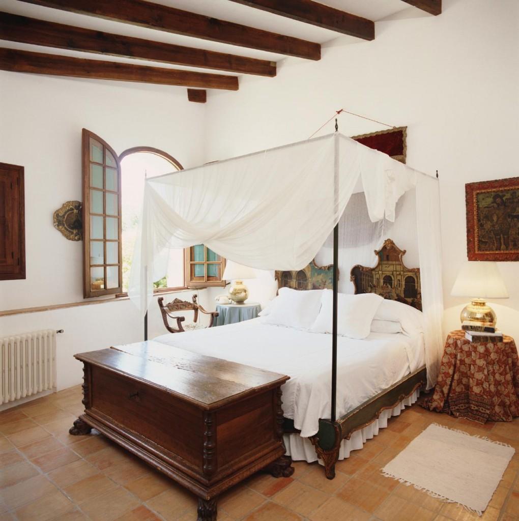 Романский стиль в бело-коричневой спальне