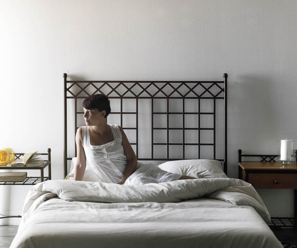 Кованая кровать в клетку