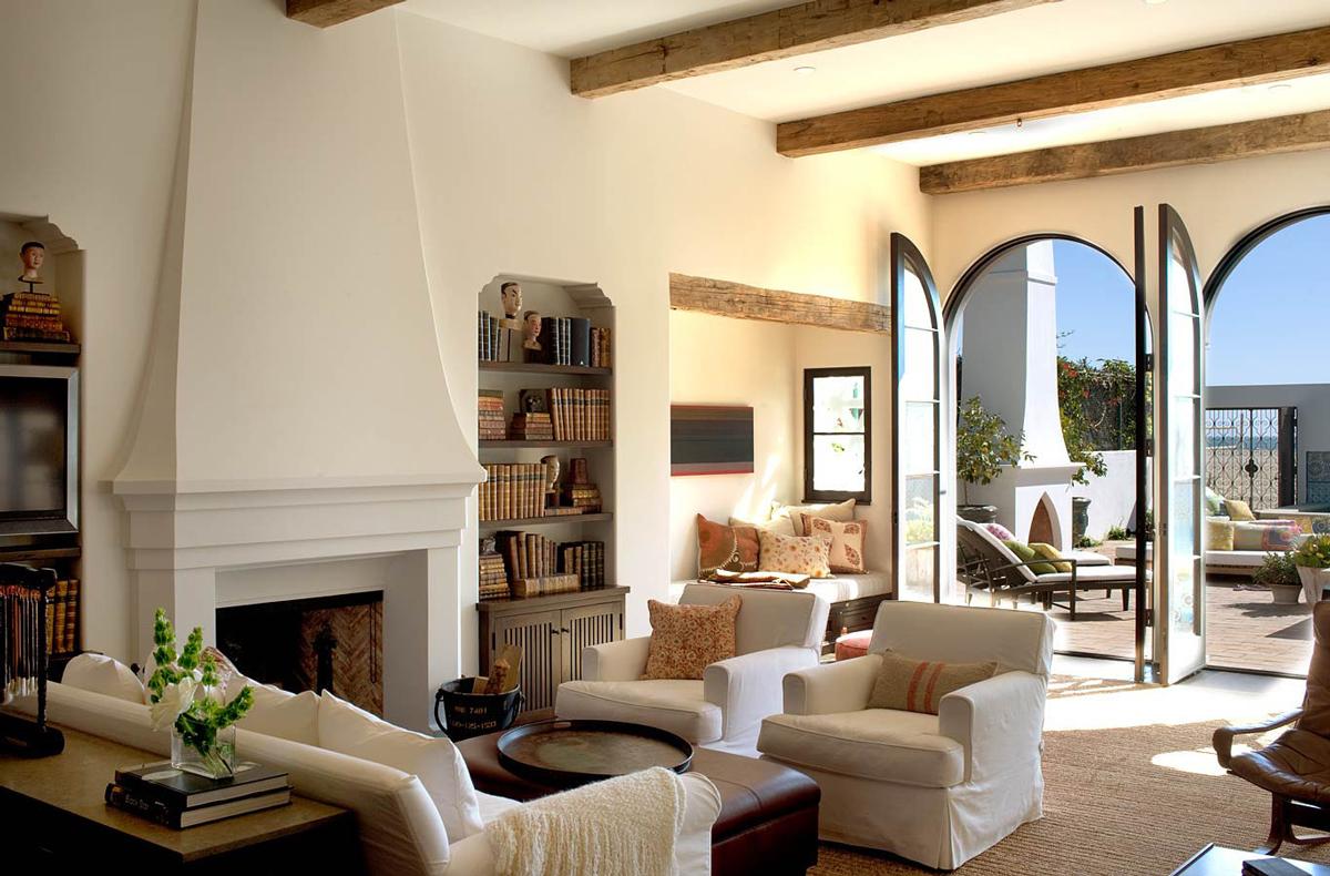 Балки на потолке в гостиной в колониальном стиле
