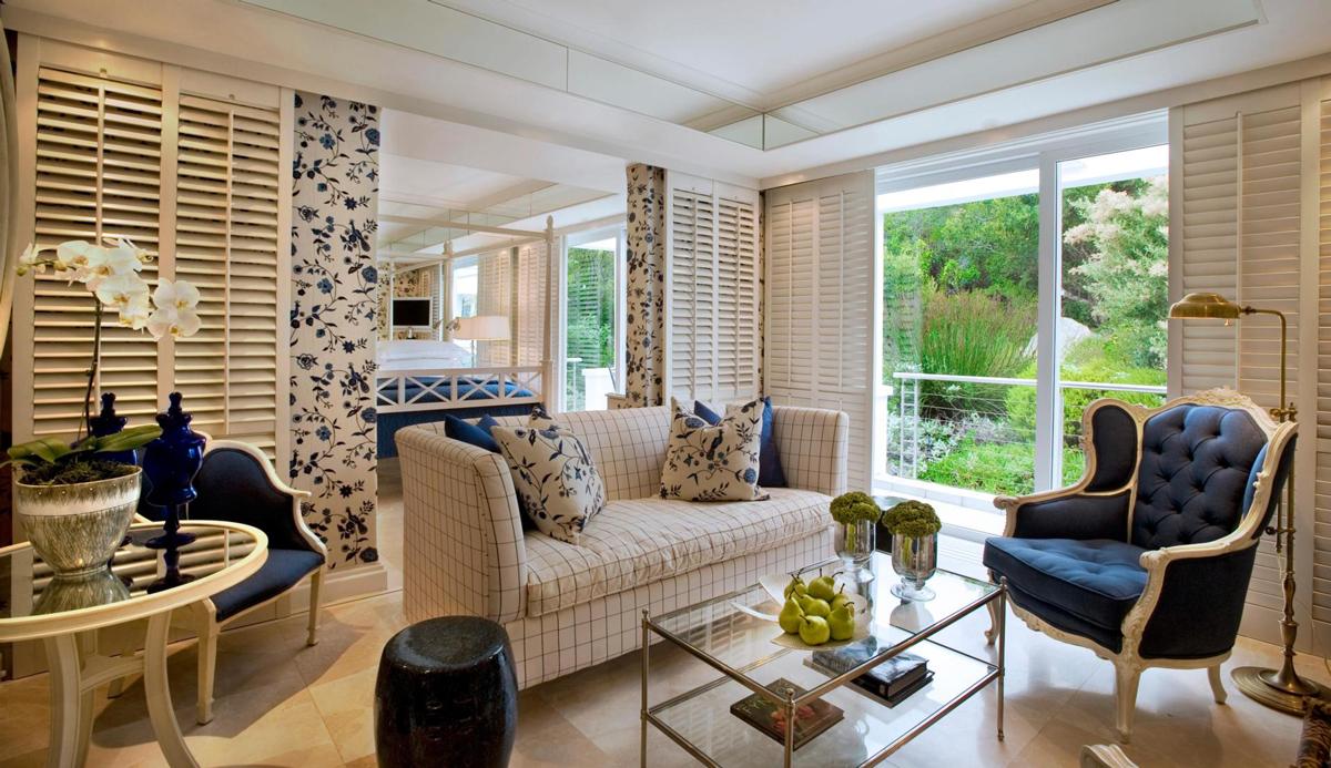 Бело-синяя небольшая гостиная в колониальном стиле