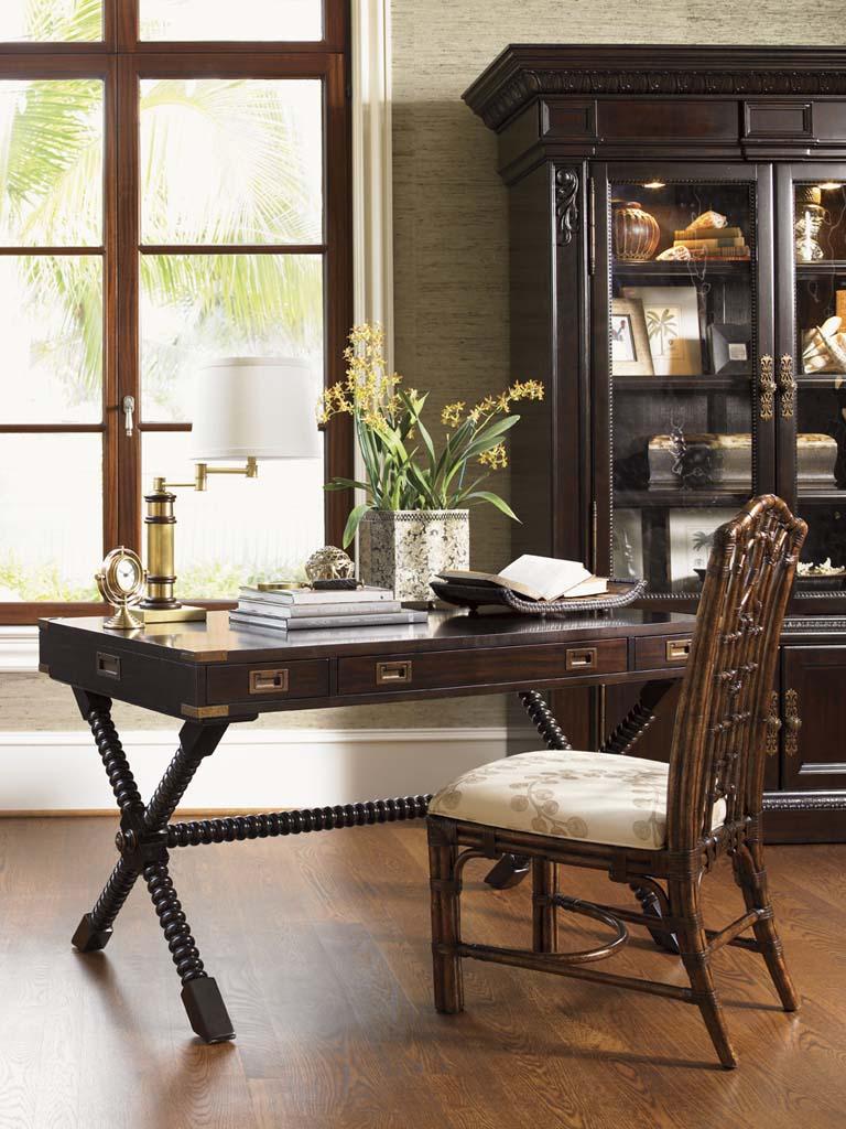 Бежево-коричневый интерьер кабинета в колониальном стиле