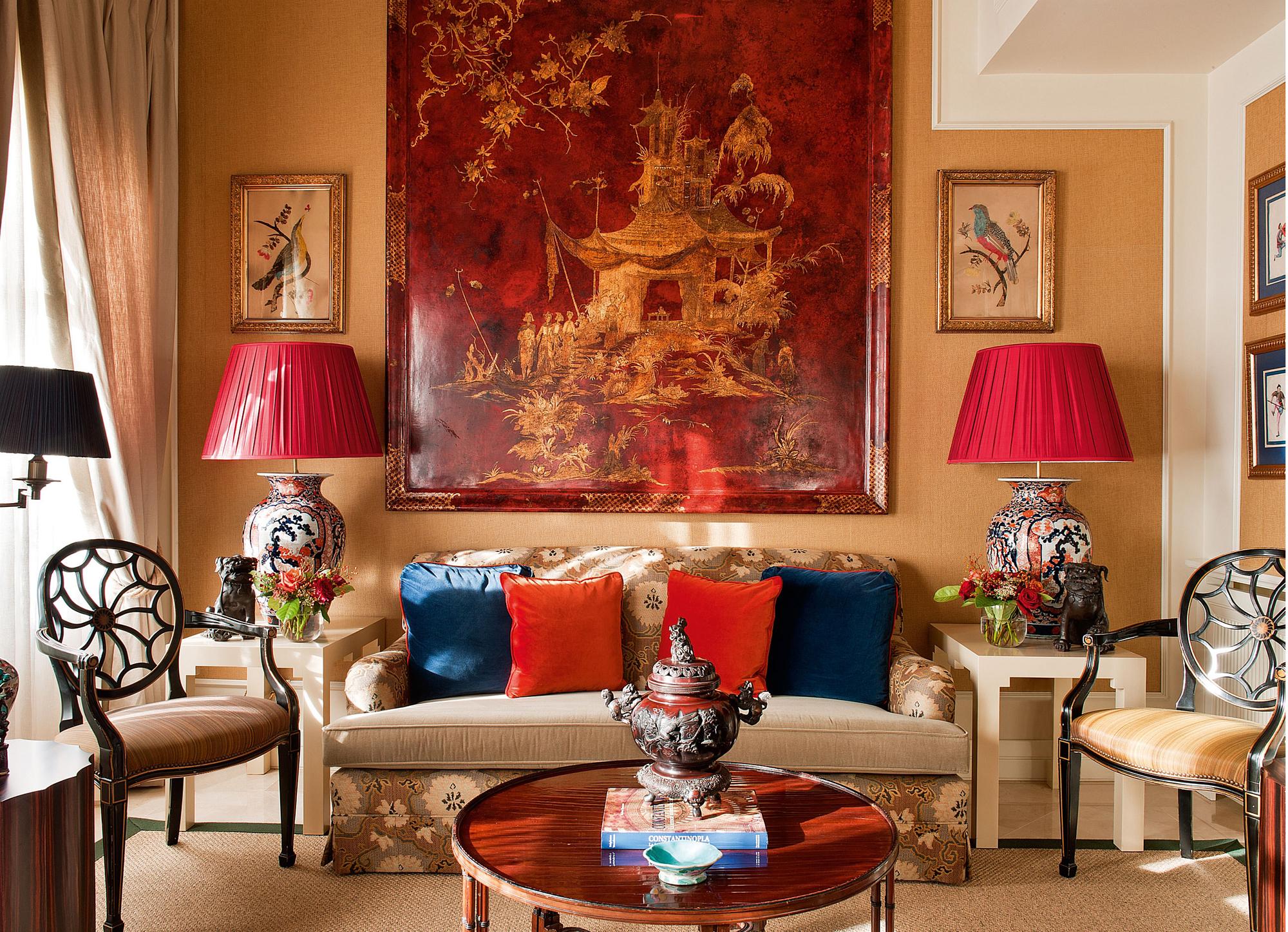 Роскошная красно-бежевая гостиная в колониальном стиле