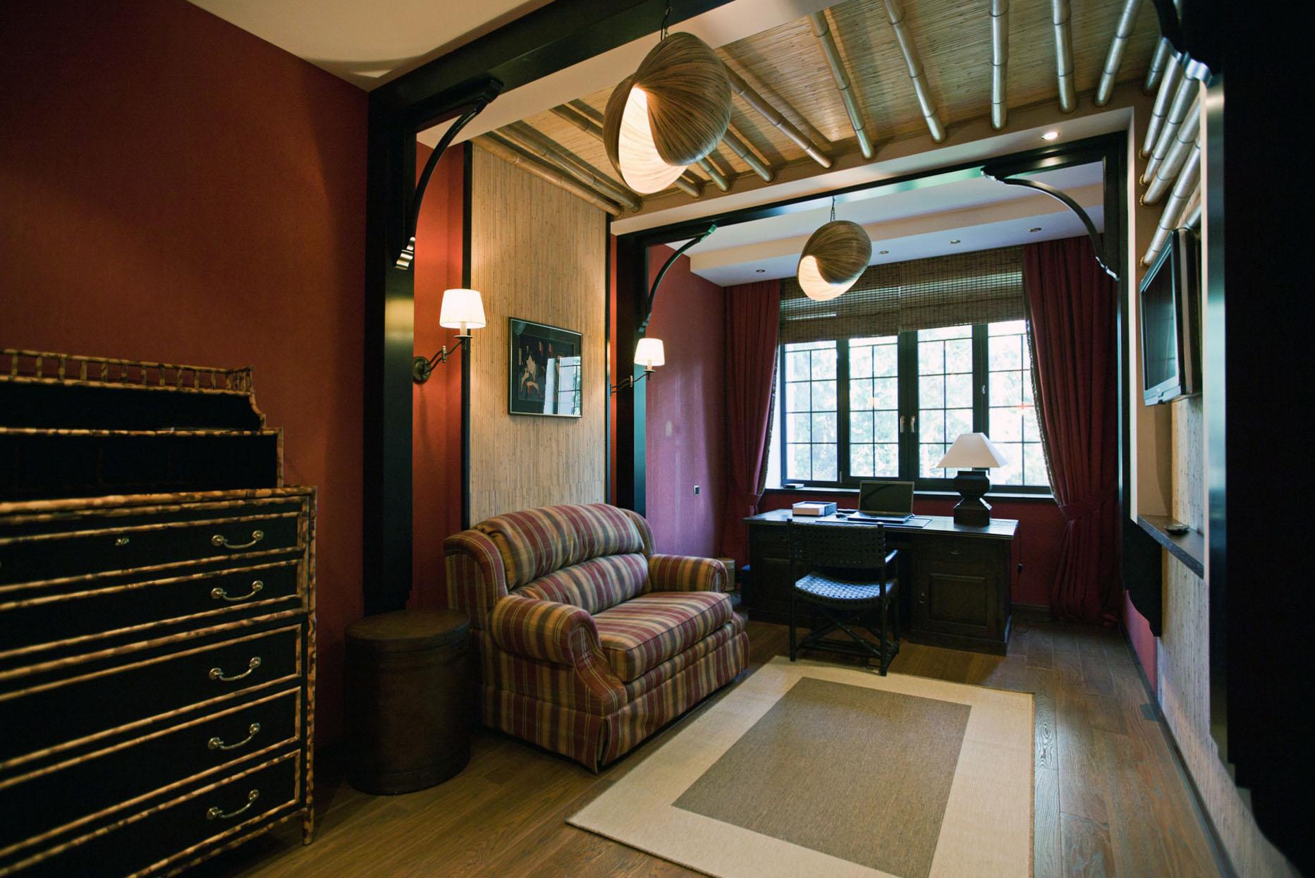 Потолок с бамбуковыми балками в комнате в колониальном стиле