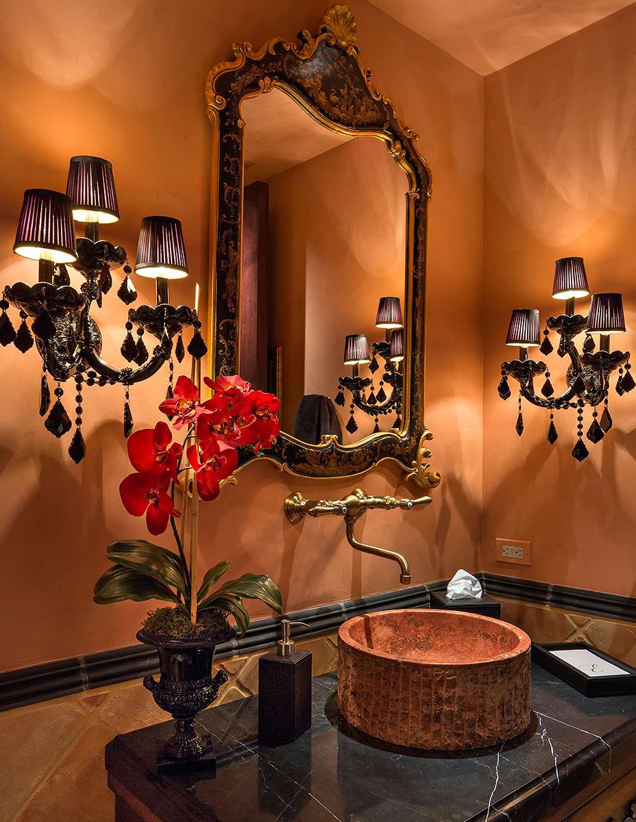 Красивые настенные лампы в ванной комнате в колониальном стиле