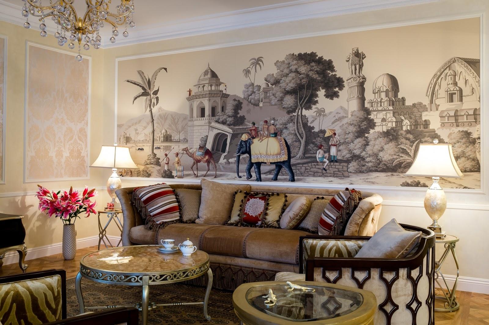 Гостиная с рисунком на стене в колониальном стиле