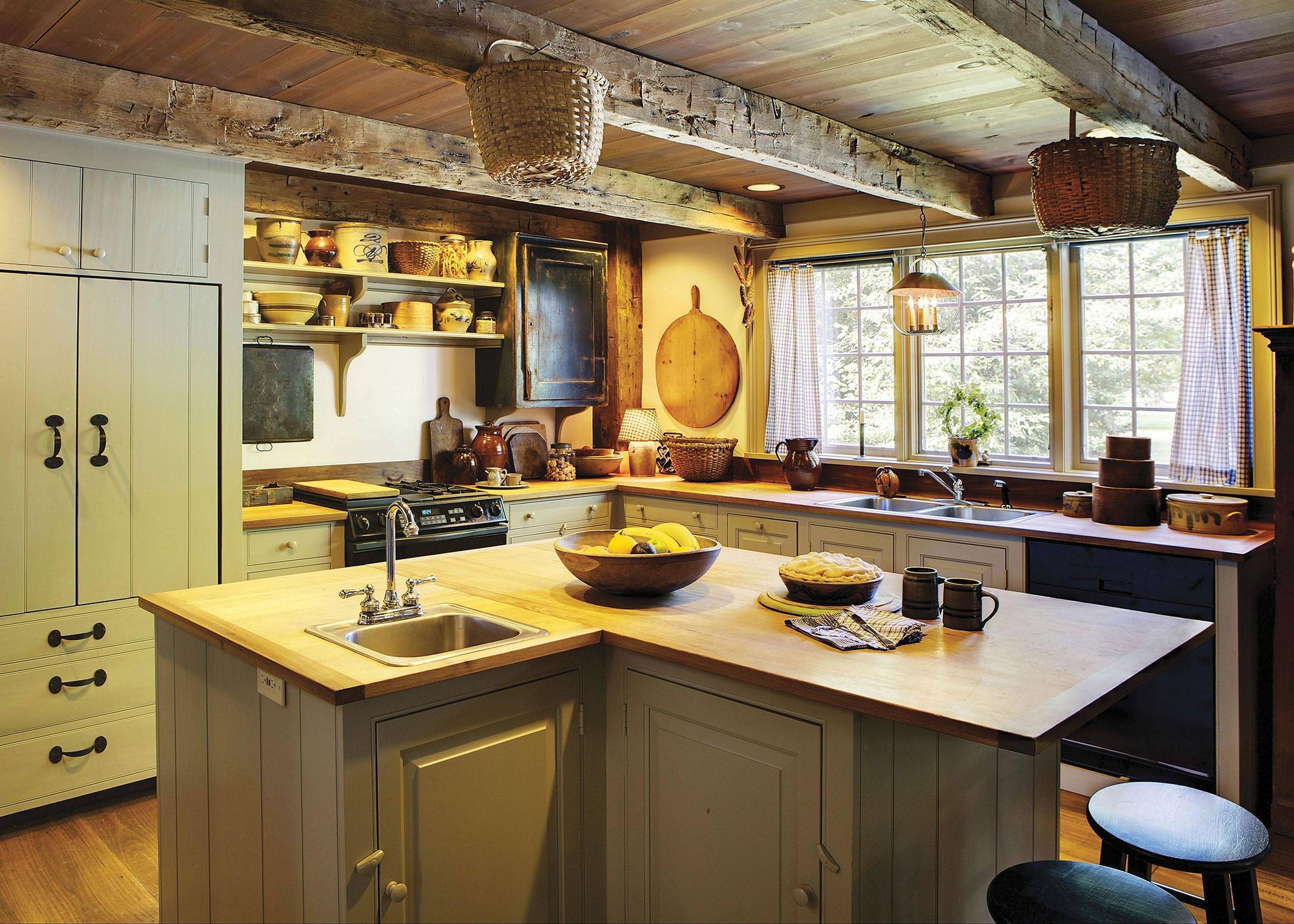 Небольшая уютная кухня в колониальном стиле