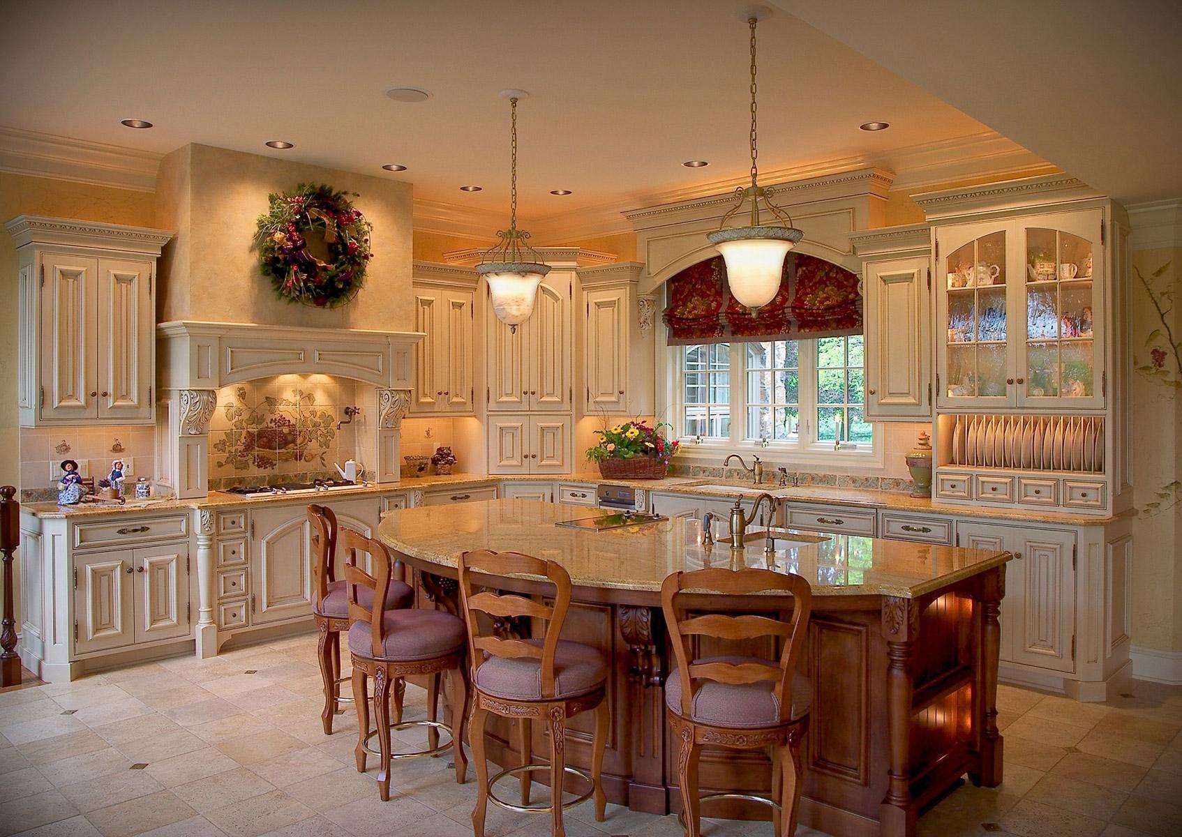Красивая кухня с островом в колониальном стиле