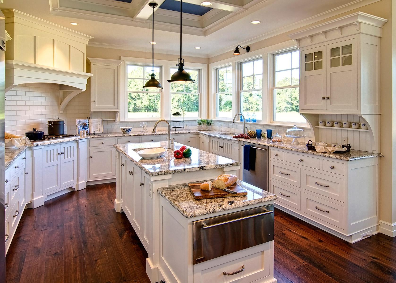 Бело-коричневая кухня с островом в колониальном стиле
