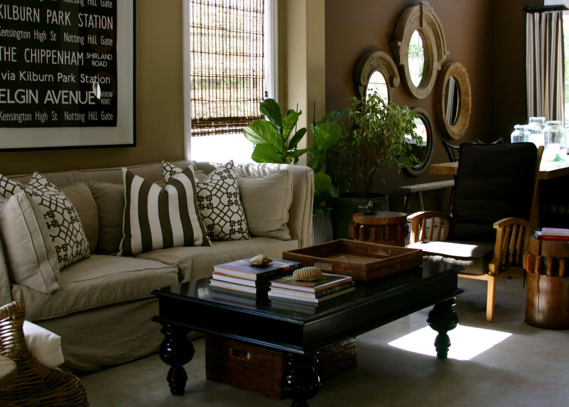 Мебель натуральных оттенков в гостиной в колониальном стиле