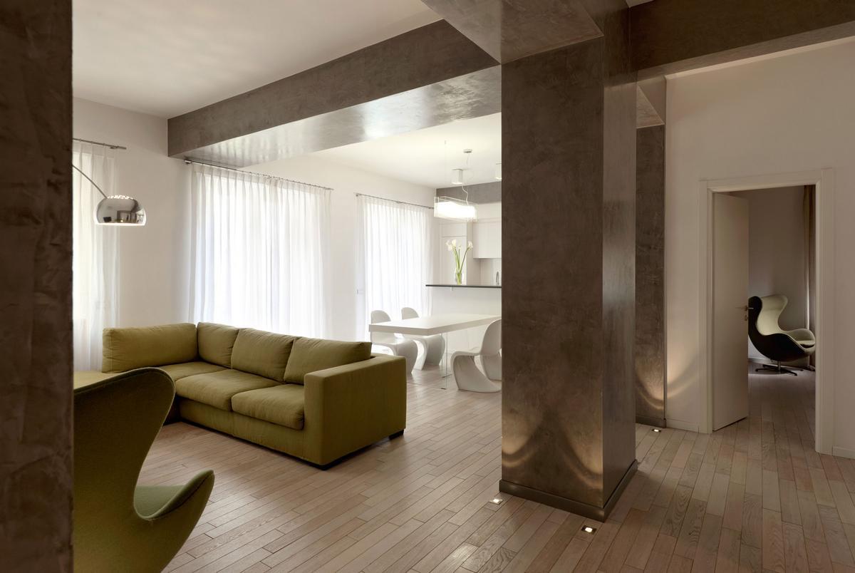 Большие колонны и балки на потолке в современной квартире