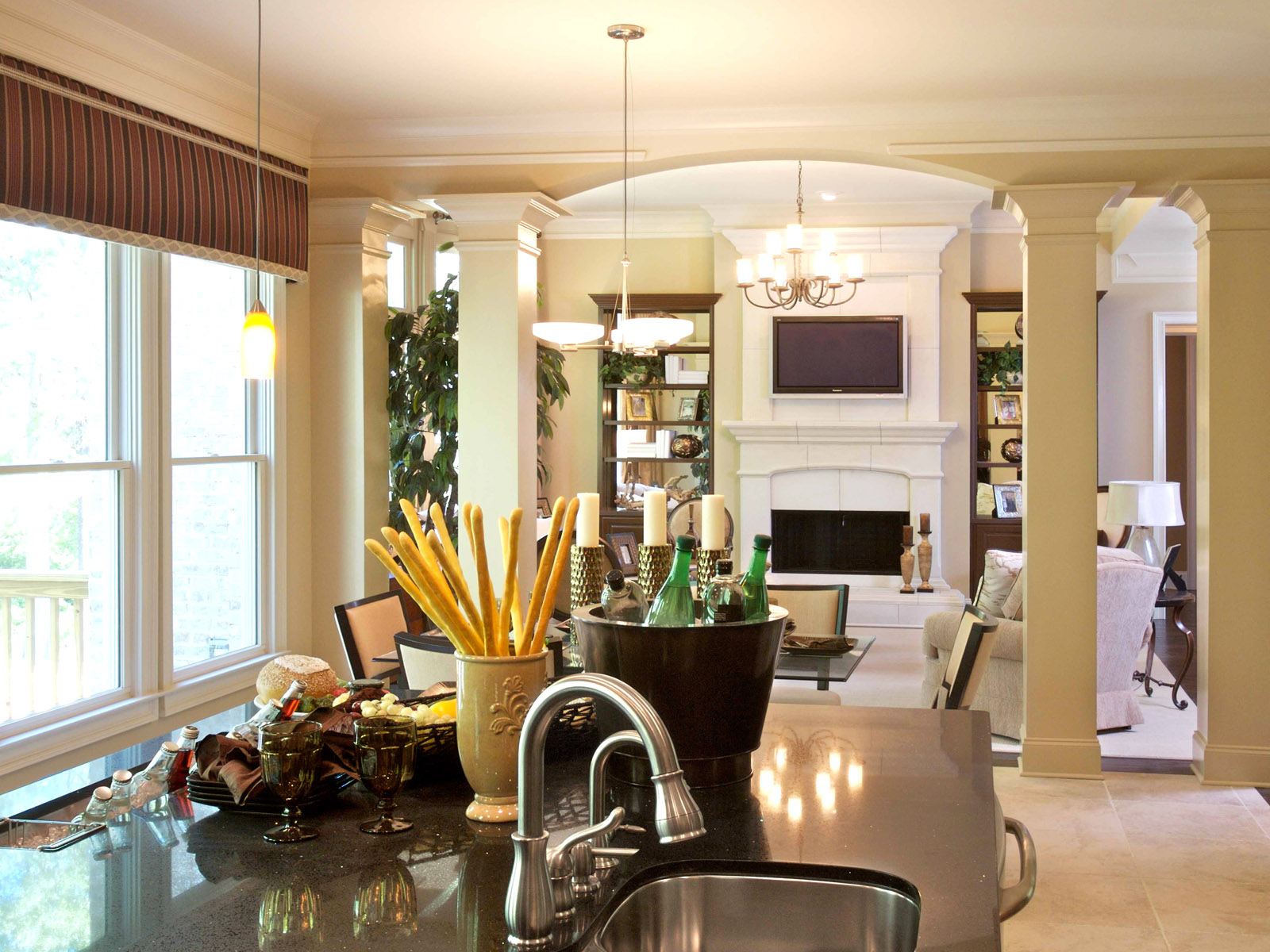 Колонны для разделения зон гостиной и кухни