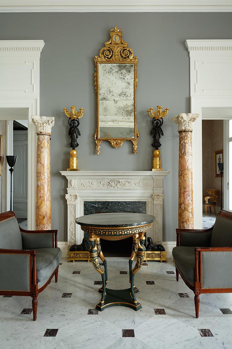 Мраморные колонны в гостиной в классическом стиле