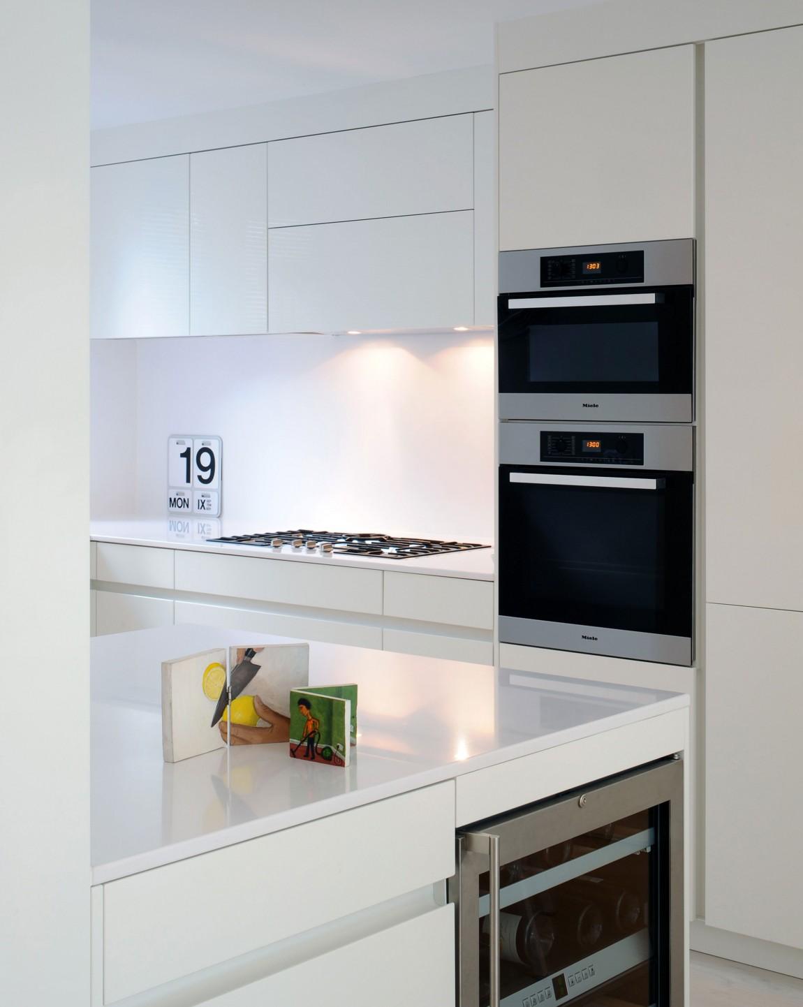 Белая кухня в стиле конструктивизм
