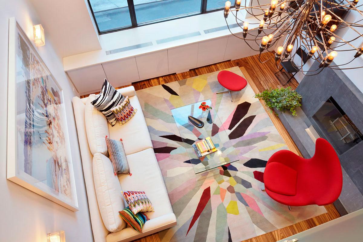 Яркие акценты в гостиной с камином в стиле конструктивизм