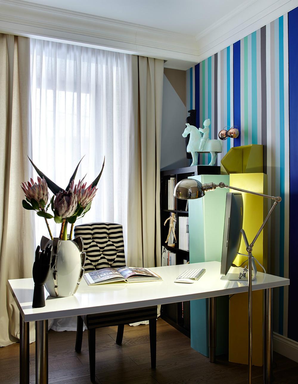 Полосатые яркие обои в кабинете в стиле конструктивизм