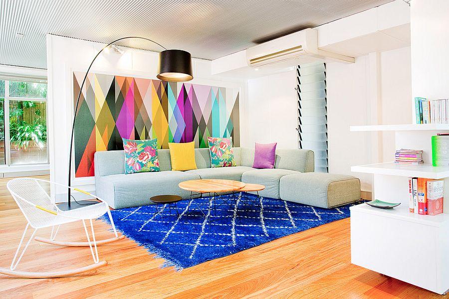 Разноцветные акценты в уютной гостиной в стиле конструктивизм