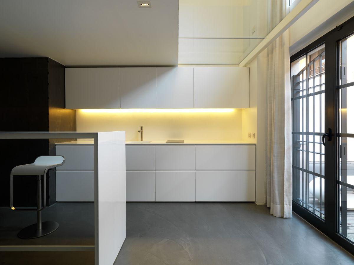 Подсветка над фартуком в интерьере кухни в стиле конструктивизм