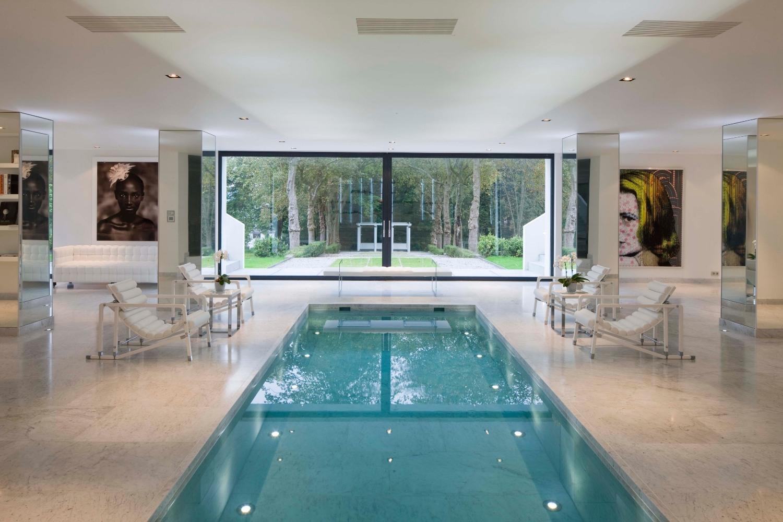 Белые стены в зоне отдыха с бассейном