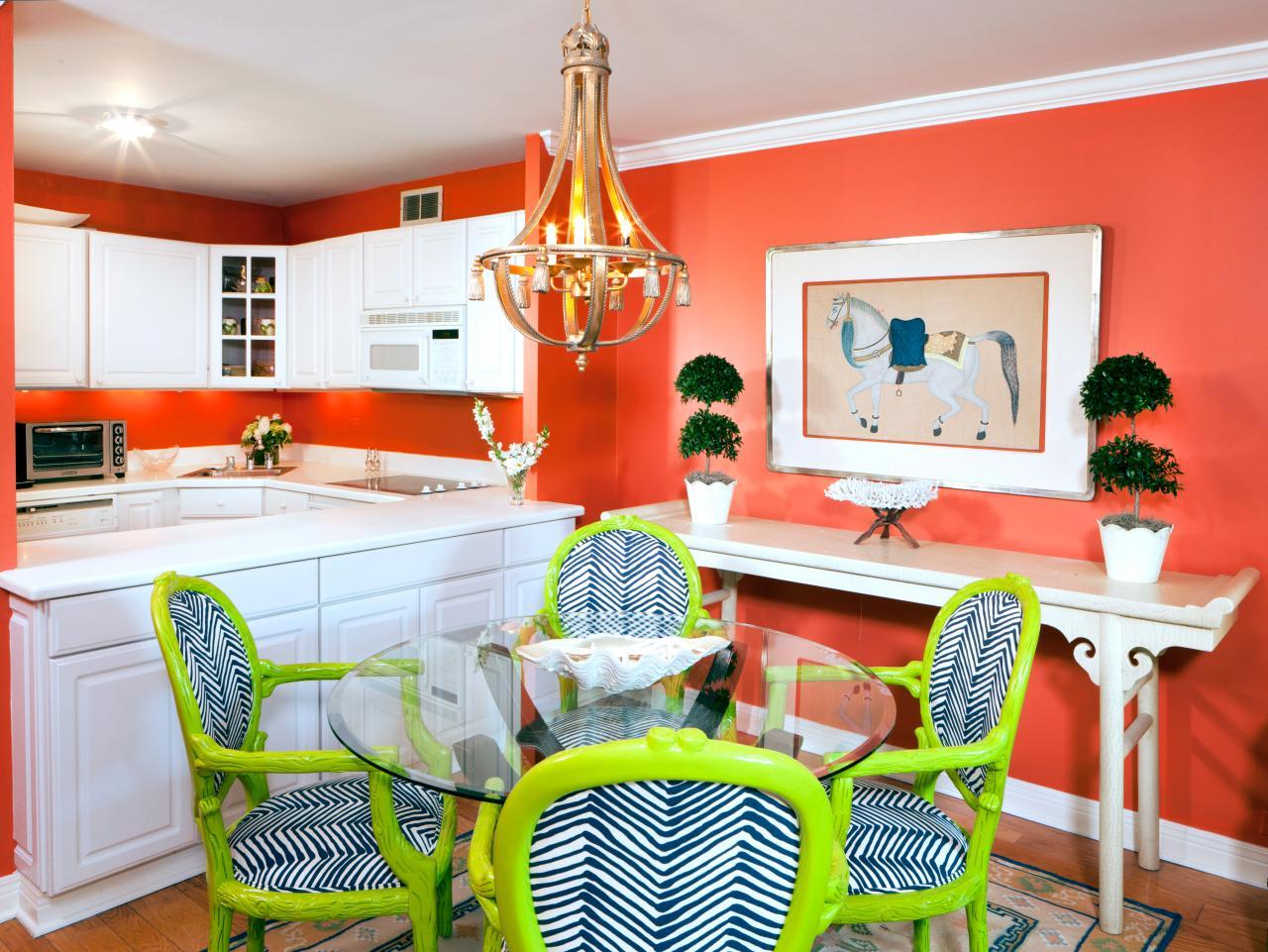 Коралловые стены в столовой-кухне