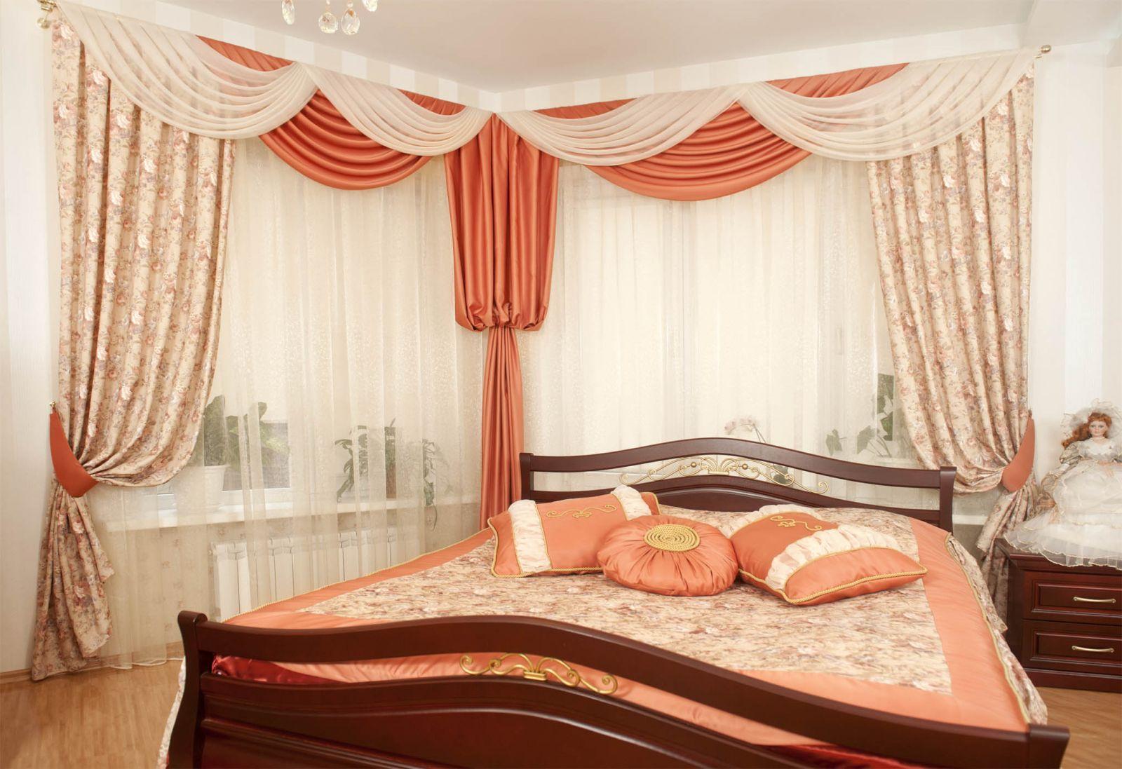Бежево-коралловая спальня