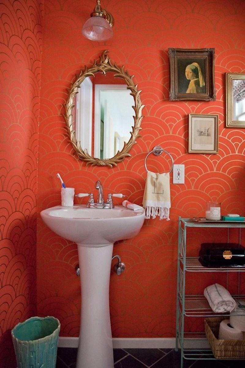 Золотисто-коралловые обои в ванной