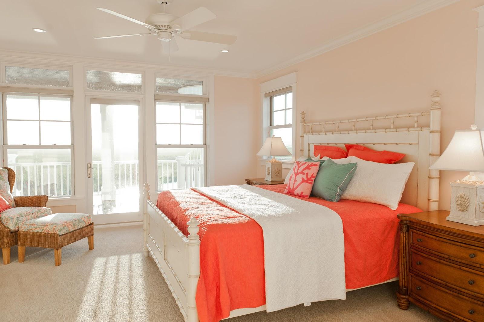Яркий коралловый и белый цвета в спальне