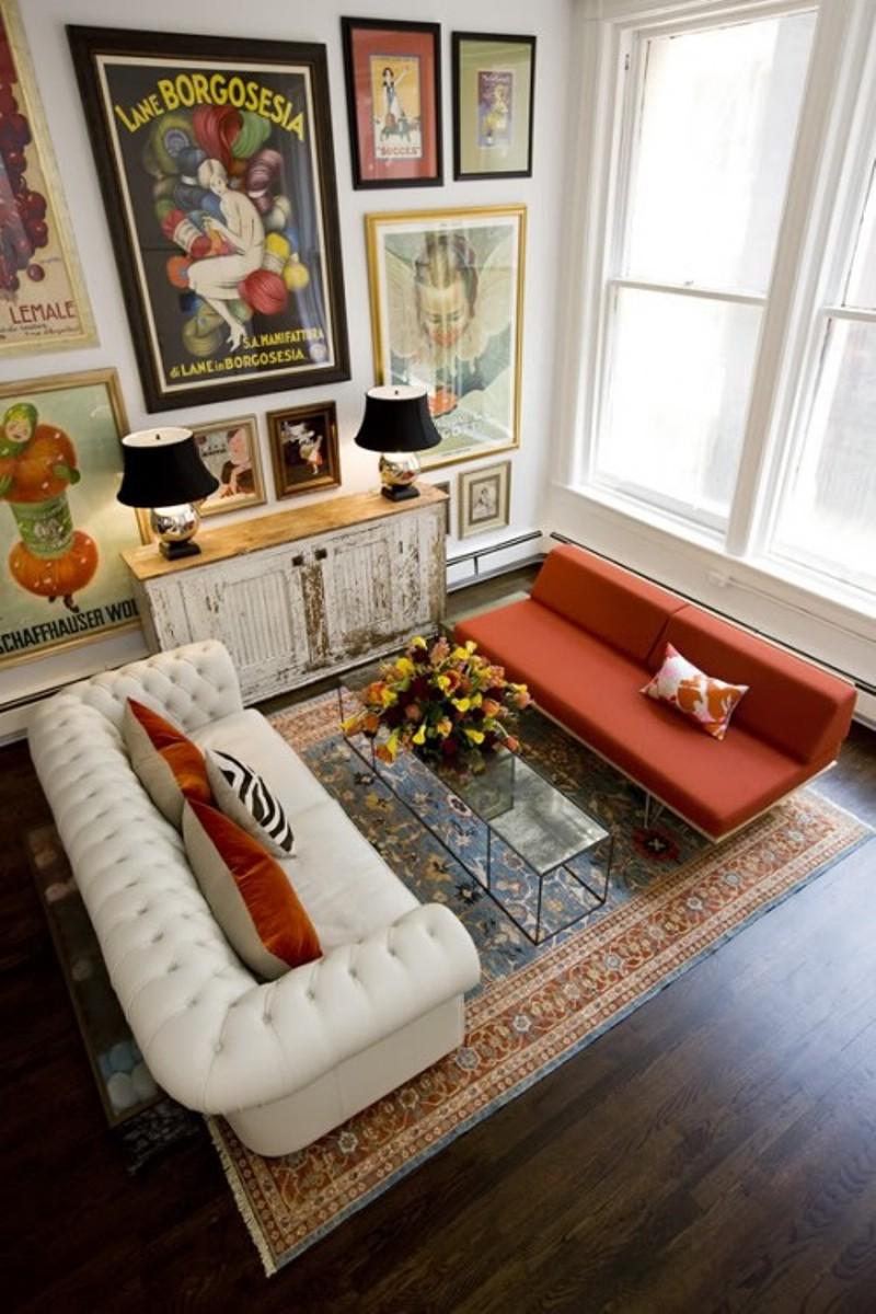 Коралловый диван в интерьере комнаты