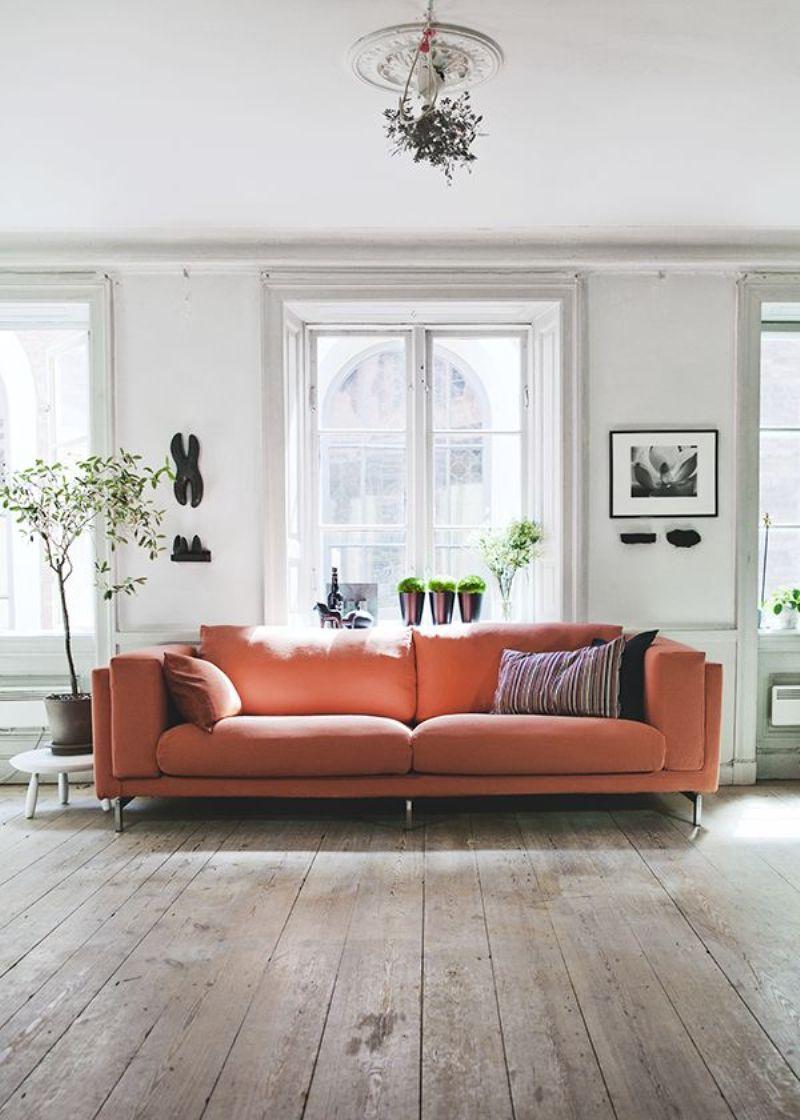 Коралловый диван в интерьере гостиной