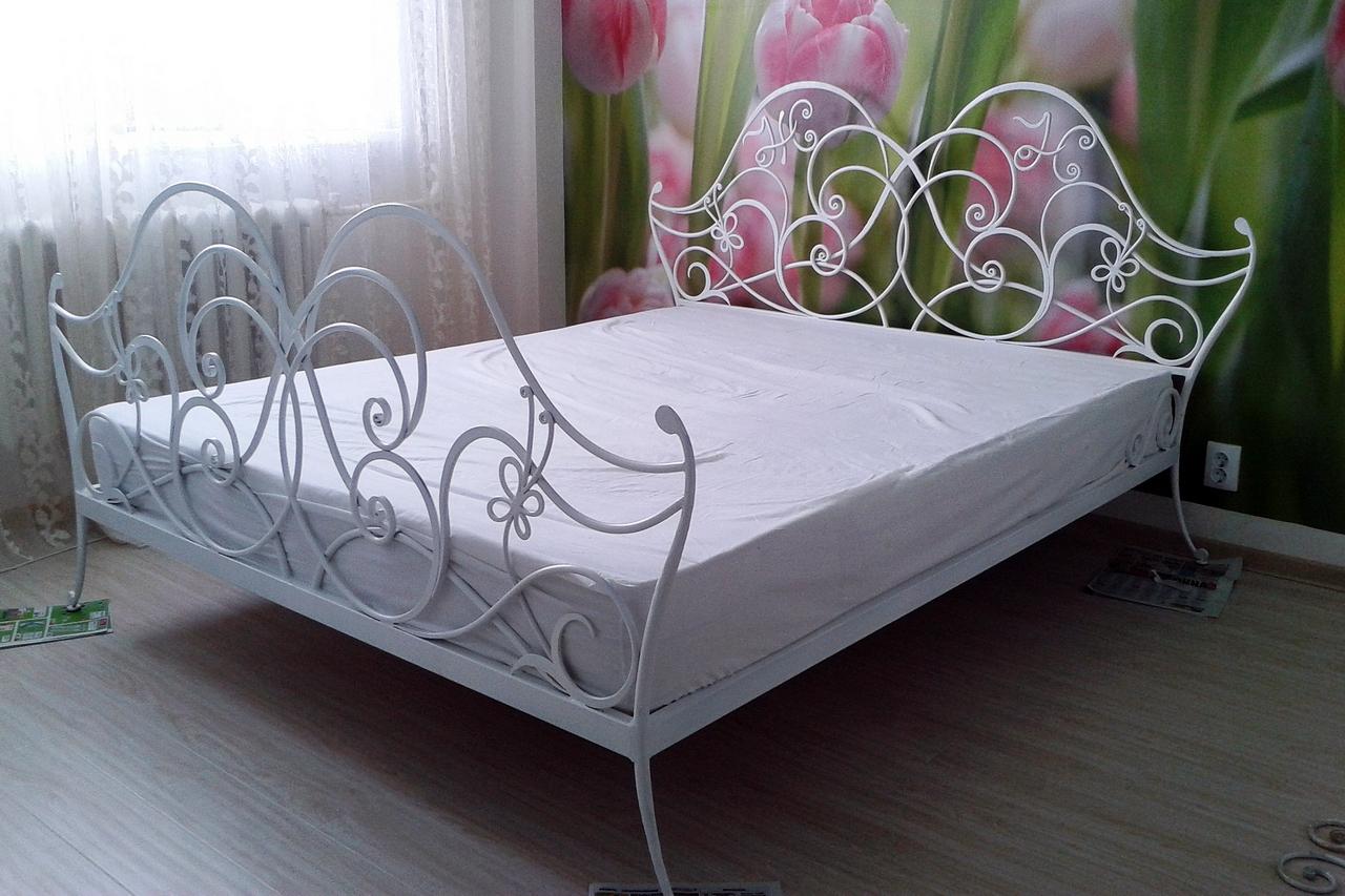 Интерьер спальни с белой кованой кроватью