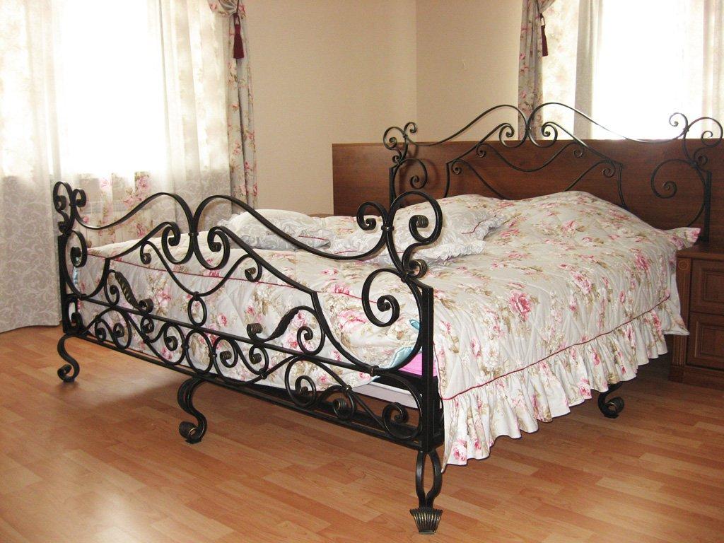 Черная кованая кровать в дизайне спальни