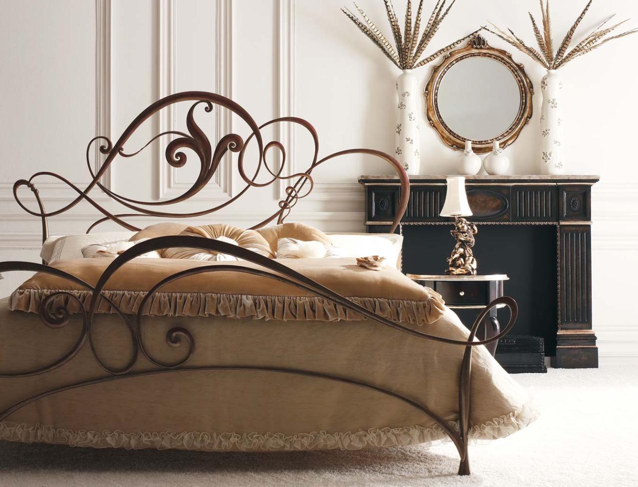 Красивый интерьер спальни с коричневой кованой кроватью