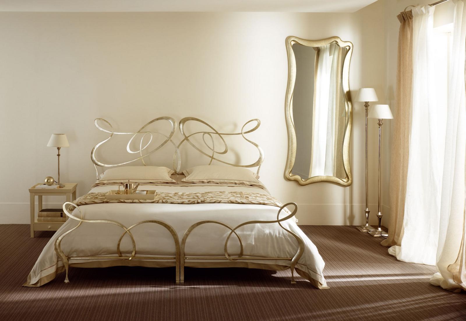 Золотистые элементы в декоре спальни