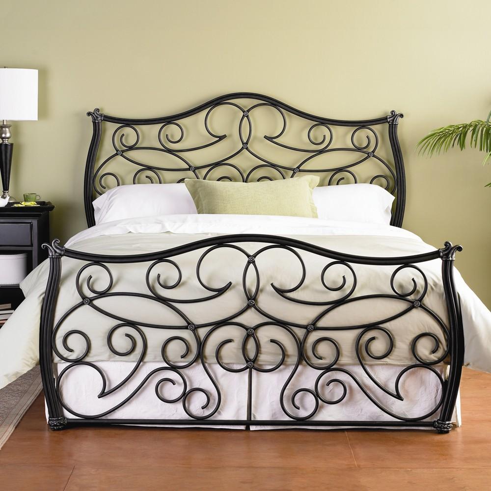 Большая черная кованая кровать