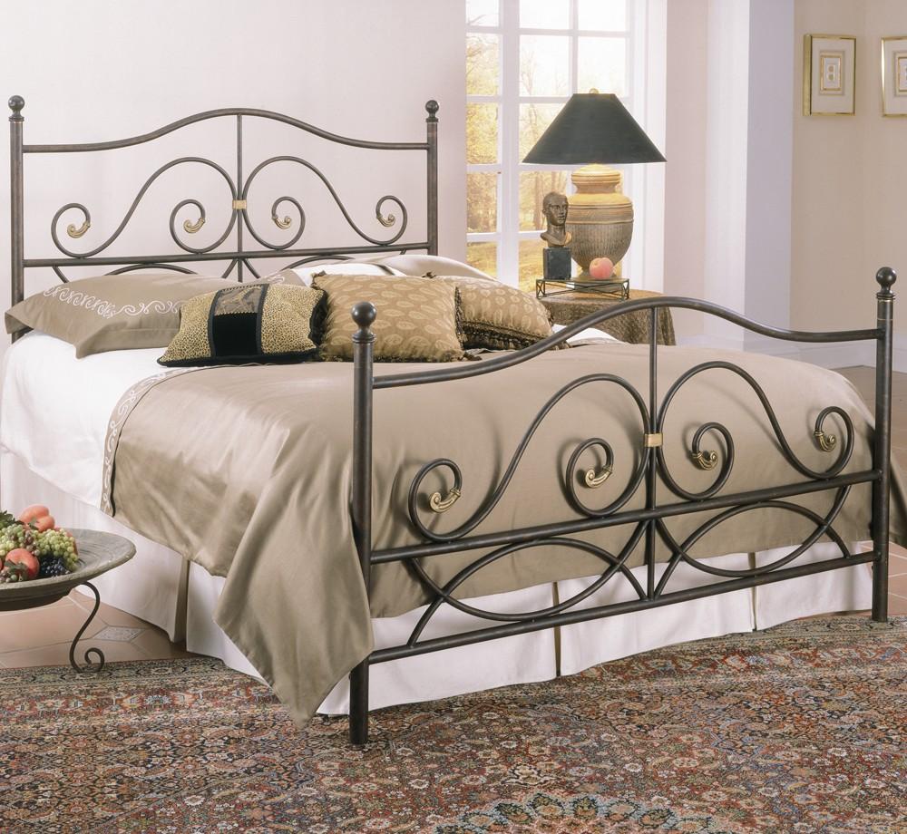Кованая кровать в бежево-белой спальне