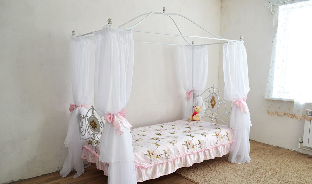 Белая детская кованая кровать с тканью