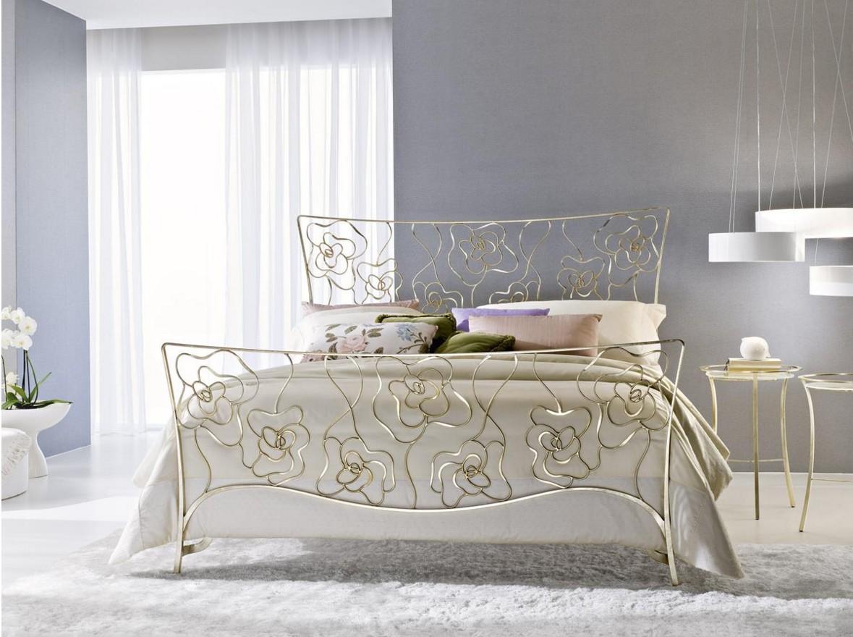 Золотистая кованая кровать с цветами