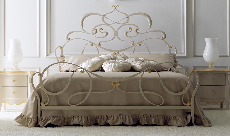 Бело-золотистая кованая кровать с фигурными элементами