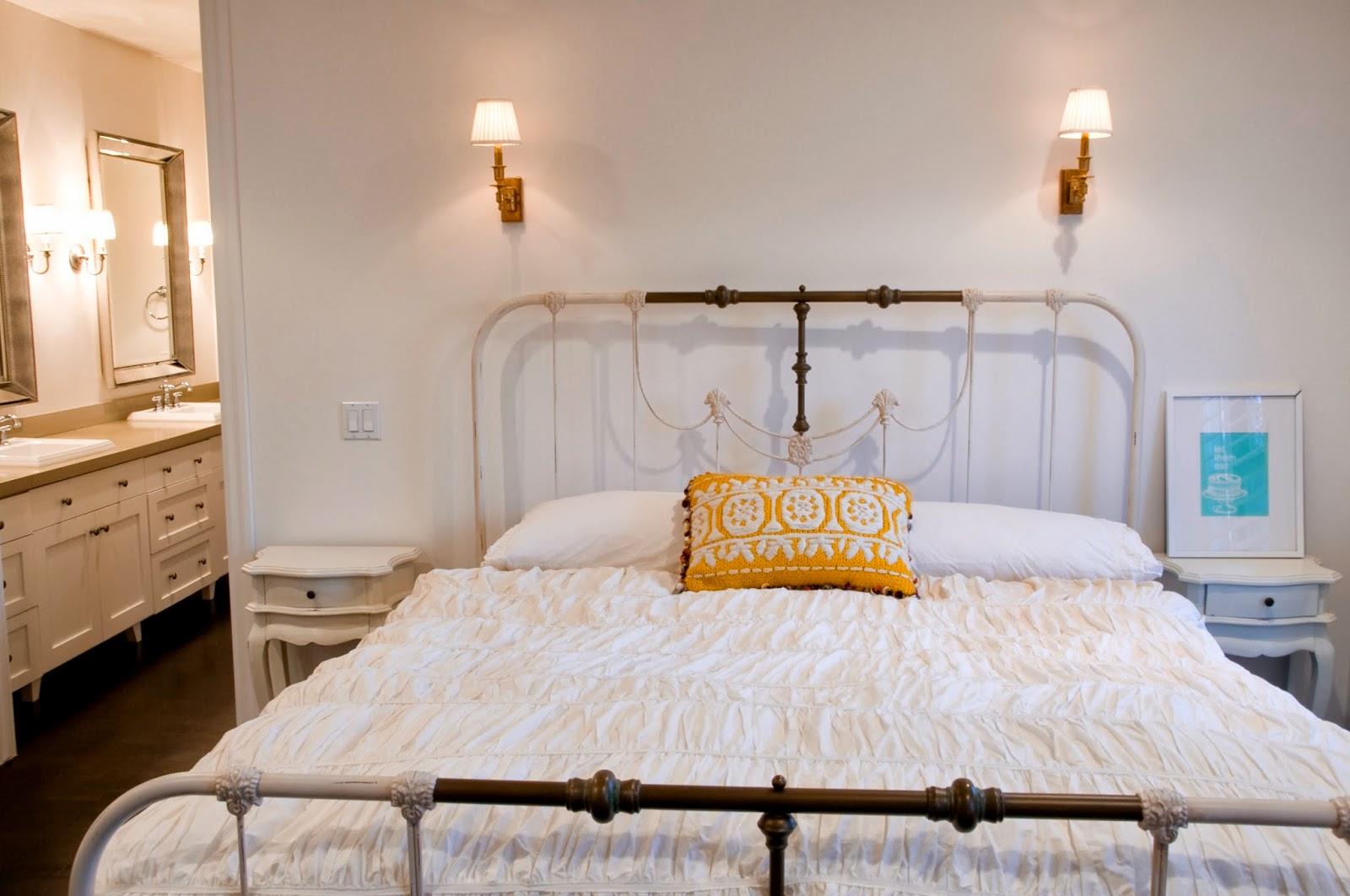Бежево-коричневая кованая кровать в спальне