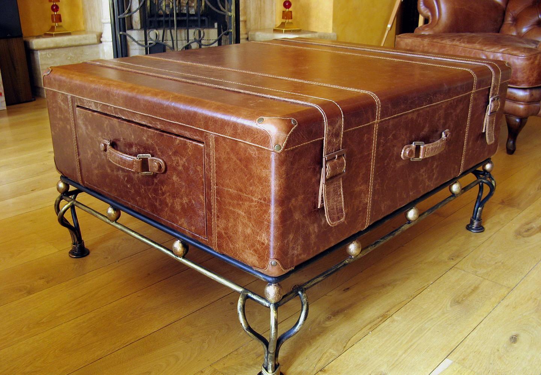 Кофейный стол из кожаного чемодана