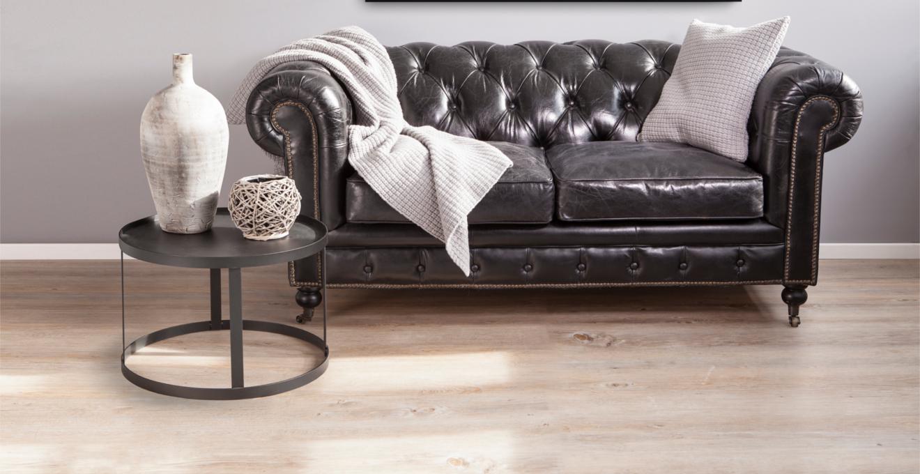 Черный кожаный диван в гостиной