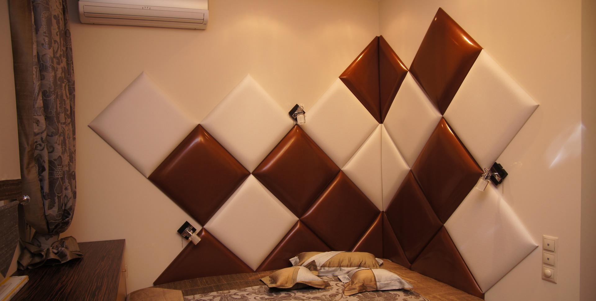 Отделка стены в спальне кожей